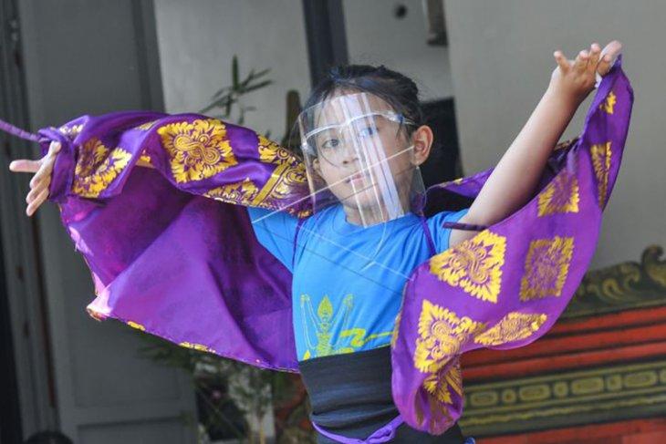 Latihan tari warga kampung Bali Bekasi saat pandemi COVID-19