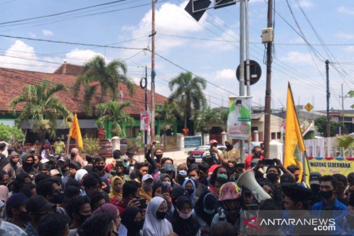 Petani dan PMII Jember demo tolak  relokasi saluran irigasi