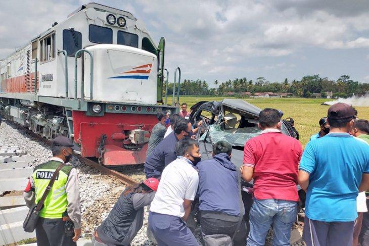 Dua penumpang mobil tewas tertabrak kereta di lintasan tanpa palang pintu