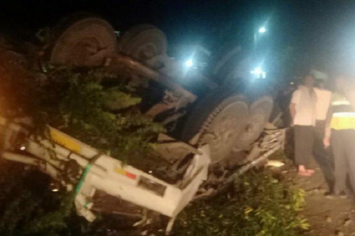 Tak mampu kendalikan kendaraan, truk tronton terguling dua orang meninggal di tempat