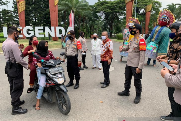 Petugas kepolisian Bekasi bagikan 1.000 masker ke warga Tambun