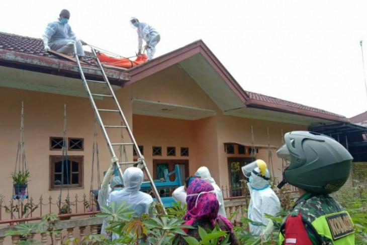 Warga Helvetia Medan tewas di atap rumah di Simalungun