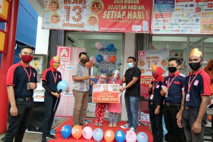 Alfamidi serahkan hadiah uang tunai kepada konsumen di Ambon