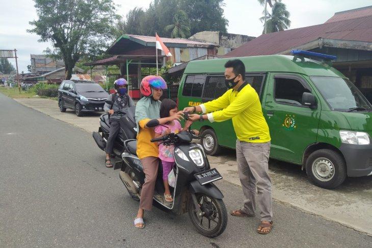 Masuk zona merah, Kejari Aceh Jaya bagikan ratusan masker kepada masyarakat