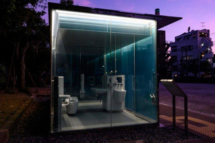 Ada toilet umum transparan di taman Tokyo