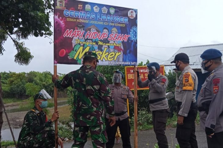 Disiplinkan masyarakat, Brimob bersama TNI-Polri pasang spanduk protokol kesehatan
