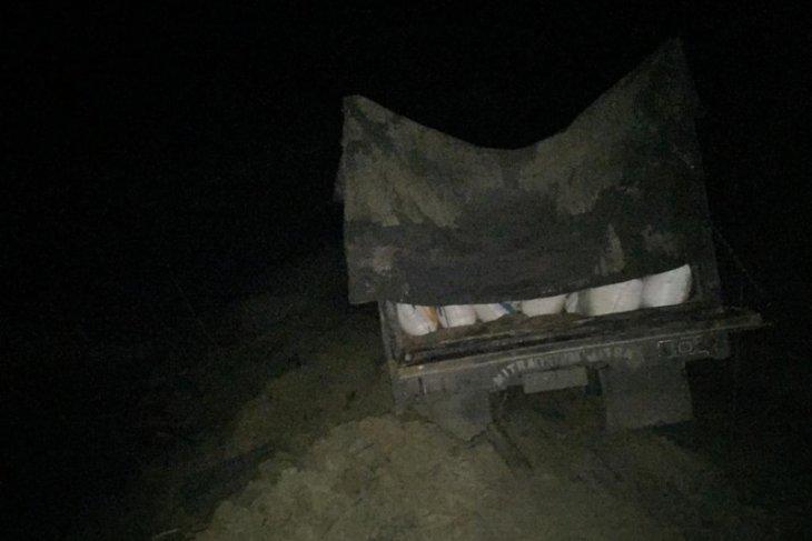 Mobil truk tersangkut di longsoran, rombongan Plt Gubernur Aceh Nova Iriansyah terjebak macet