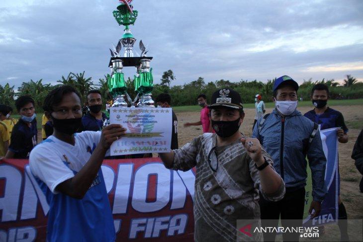 Wali Kota Banjarmasin H Ibnu Sina menyerahkan trofi liga Sungai Andai
