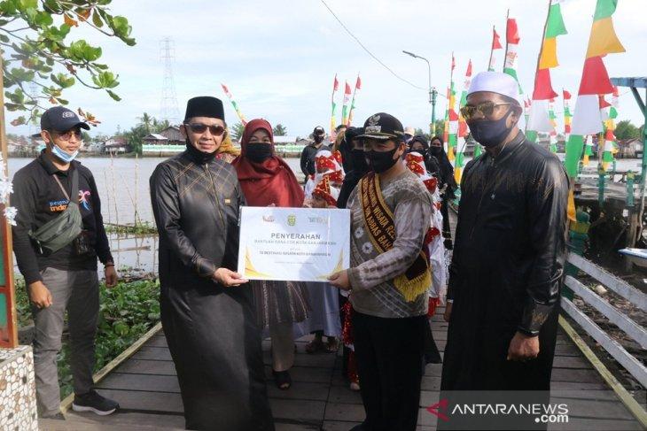 Wali Kota Banjarmasin H Ibnu Sina menyerahkan bantuan Coorporate Sosial Responsibility