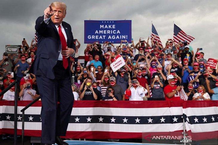 Donald Trump kampanye di dalam ruangan padahal virus corona mengancam