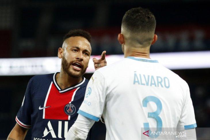 Alvaro Gonzalez terkena proyektil saat tenangkan suporter Marseille