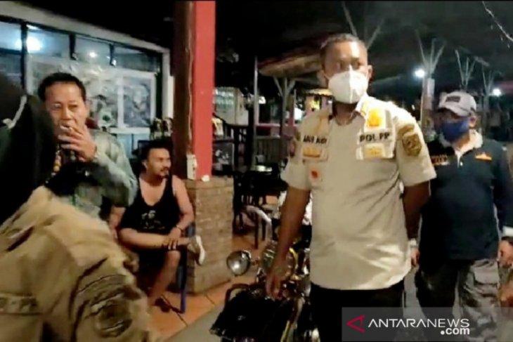 Nekat buka malam hari, tiga rumah makan di Puncak Bogor disegel (video)