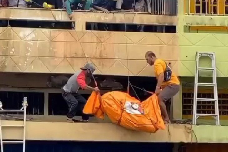Penemuan mayat di toko karpet yang terbakar saat olah TKP