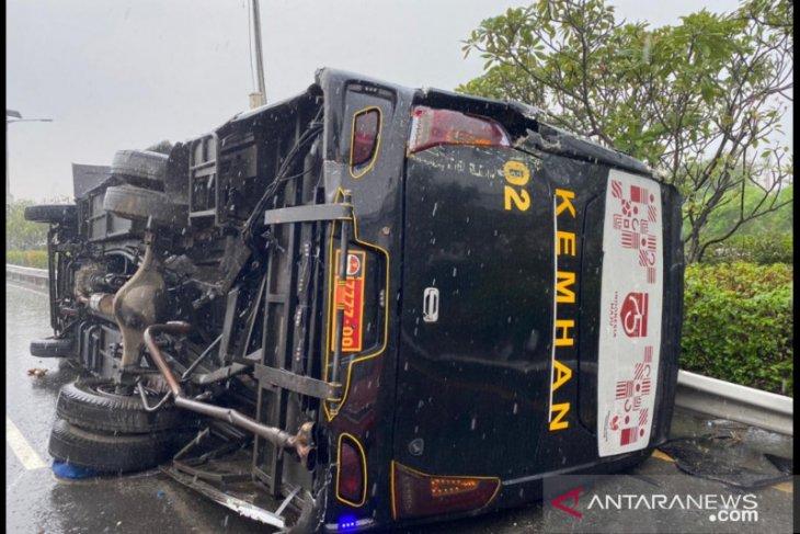 Bus Kemenhan dan TNI AL terlibat kecelakaan  di KM3 Tol Jagorawi