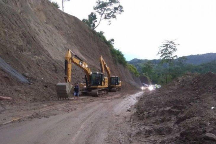 Truk terperosok lumpur, arus kendaraan Takengon-Blangkejeren terhenti
