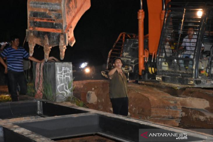 Dua jembatan diperbaiki  dalam satu malam di Muara Batang Gadis