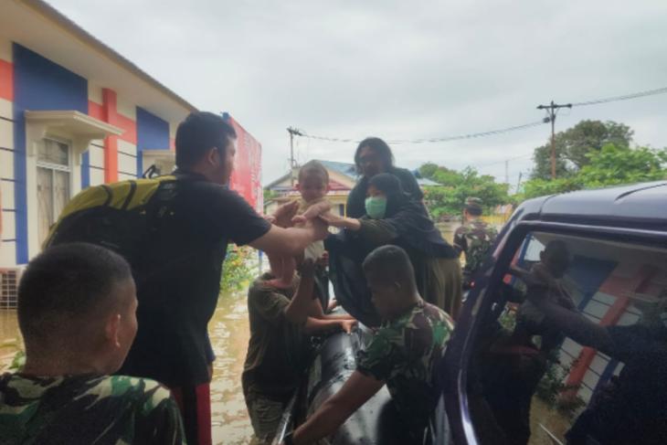 Kodim Putussibau evakuasi balita korban banjir