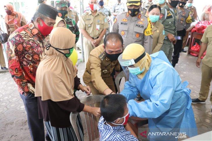 Bupati Bangka berikan vaksin difteri ratusan anak Desa Kota Kapur