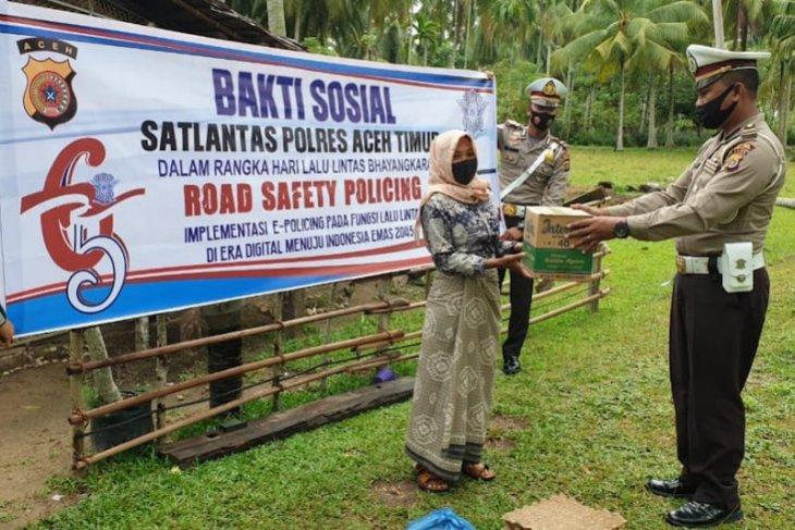 HUT lalu lintas, Satlantas Polres Aceh Timur bagi puluhan sembako untuk warga kurang mampu