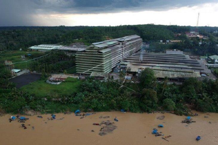 Penambang emas di sungai tepi jalan lintas Sumatera