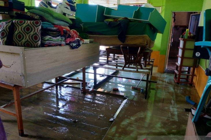 Banjir Putussibau mulai surut waspada banjir kiriman daerah hilir