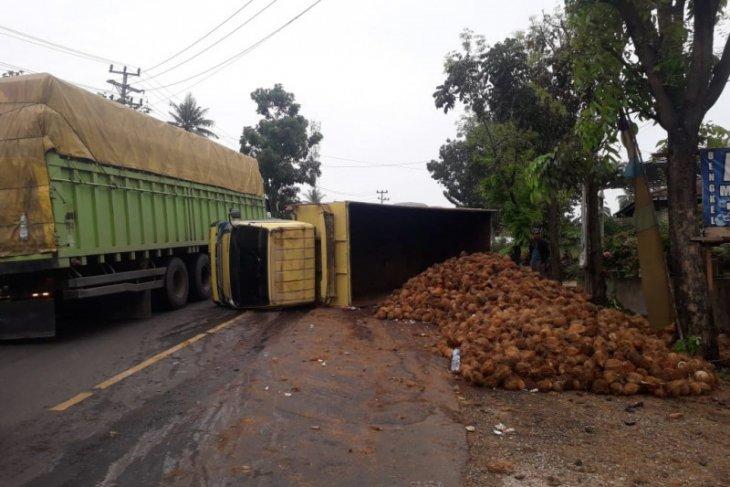 Truk pengangkut kelapa terguling, jalur Lintas Barat II Bagan Pete sempat tersendat