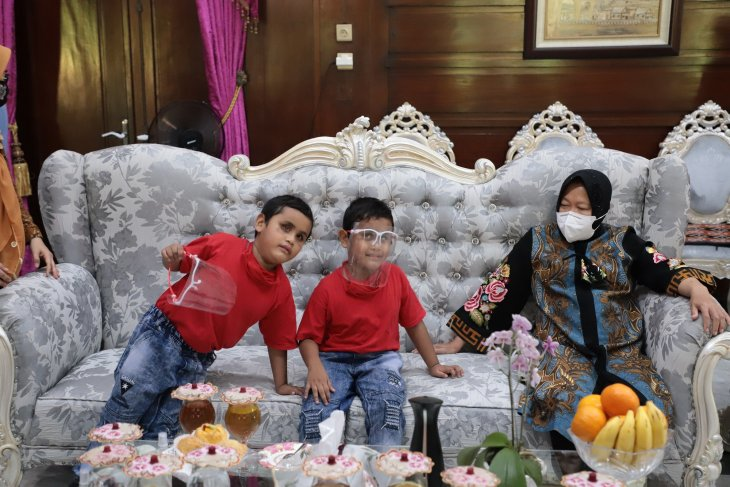 Risma bantu pengobatan dua anak kembar tuna netra hafidz Al-Quran