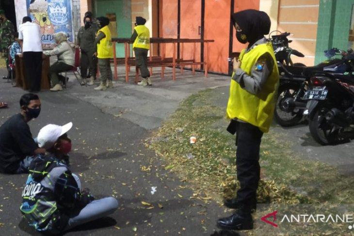 Tim pemburu pelanggar protokol kesehatan Kota Probolinggo sasar keramaian