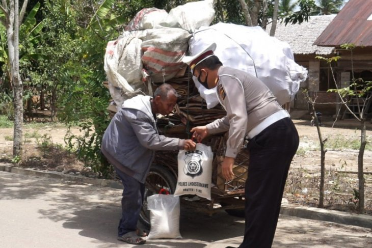 Telusuri pedalaman Aceh Utara, Satlantas Polres Lhokseumawe bagi sembako untuk warga terdampak COVID-19
