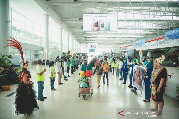 Angkasa Pura bagi masker dan hand sanitizer kepada penumpang