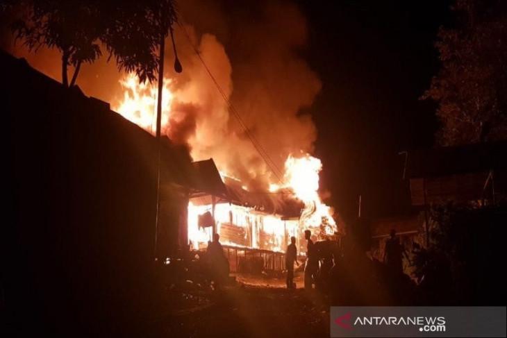 25 rumah ludes terbakar disebabkan arus pendek listrik
