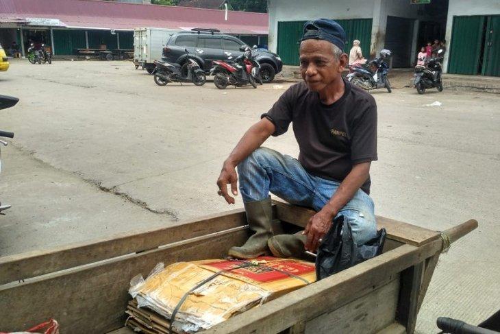 Sahril, sosok penarik gerobak terbiasa tembus angin malam Pasar Angso Duo
