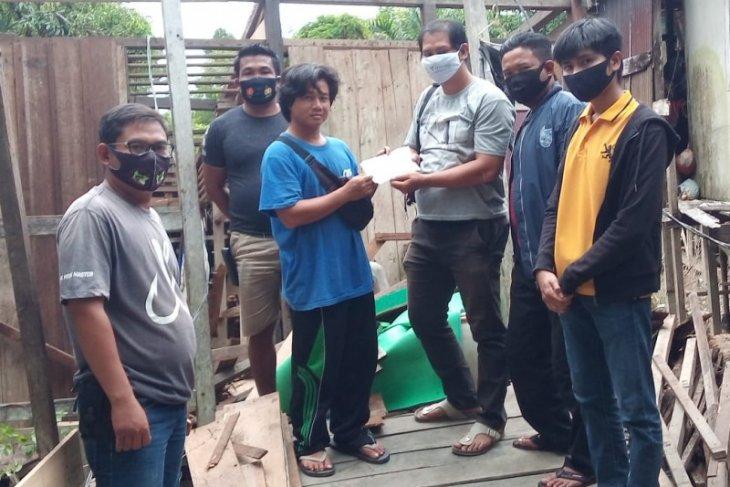 Jurnalis di Kapuas Hulu bantu korban rumah roboh akibat banjir