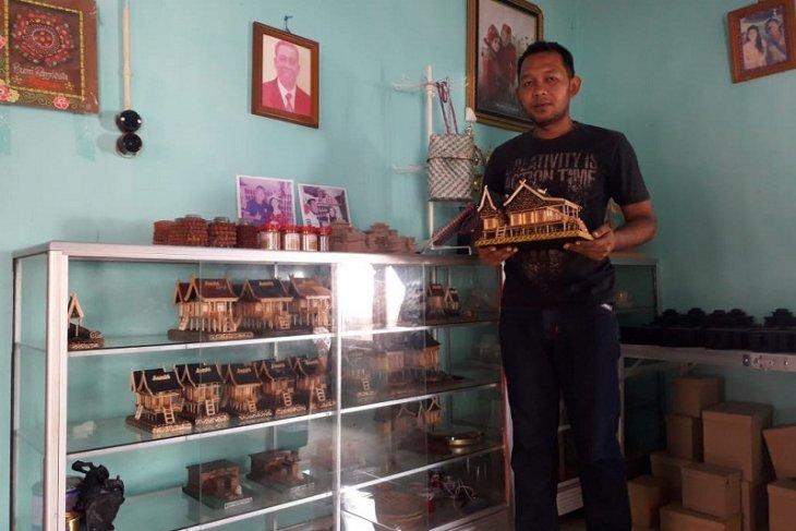 Adi Putra, hadirkan souvenir obyek wisata percandian Muara Jambi