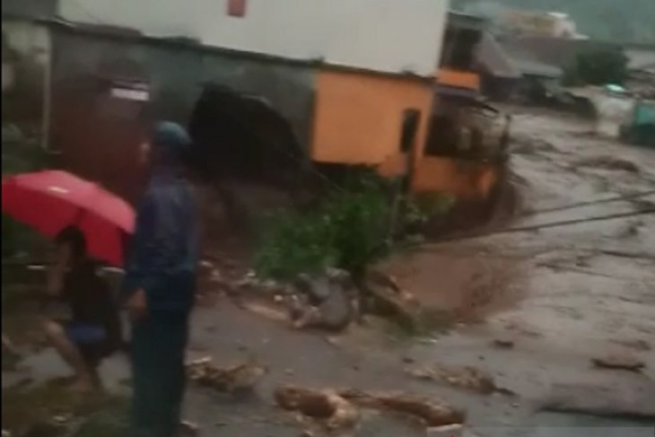 Banjir bandang rusak sejumlah rumah di Cidahu Sukabumi