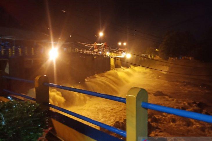 Hujan deras di Puncak Bogor akibatkan TMA Bendung Katulampa capai 250 cm atau siaga 1