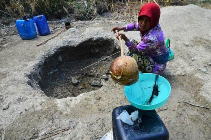 Krisis air bersih akibat musim kemarau