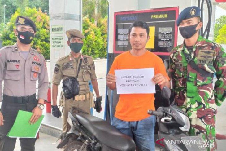 TNI-Polri dan Satpol PP di Belitung tegur warga yang tidak pakai masker