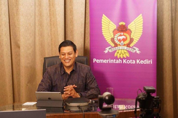 Wali Kota Kediri berbagi tips bijak menggunakan media sosial secara daring