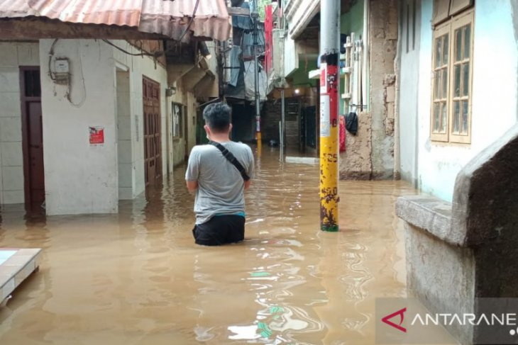 Luapan Ciliwung merendam rumah penduduk Kebon Pala