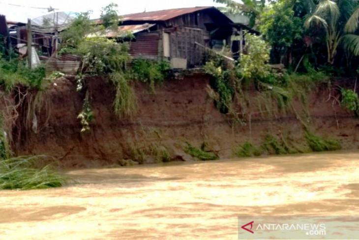 Hujan, Sungai Batang Angkola Tapsel meluap hanyutkan kamar mandi warga dan dek penahan tebing