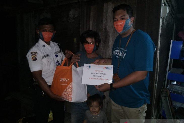BNI Putussibau bantu korban rumah roboh akibat banjir
