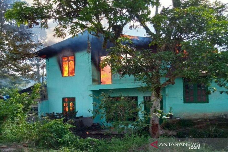 Sebuah rumah bertingkat di Sipirok terbakar