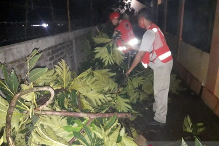 Angin kencang landa di Kota Sukabumi , puluhan rumah penduduk rusak