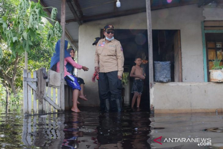 Bupati Kayong Utara bantu korban banjir