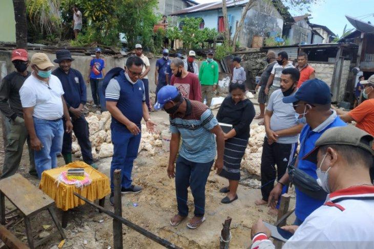 Bupati Kepulauan Tanimbar bedah rumah warga miskin di Saumlaki