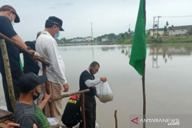 Peringati HUT Ke-263 Kota Pangkalpinang, Pengurus Muhammadiyah tebarkan 2.630 benih ikan