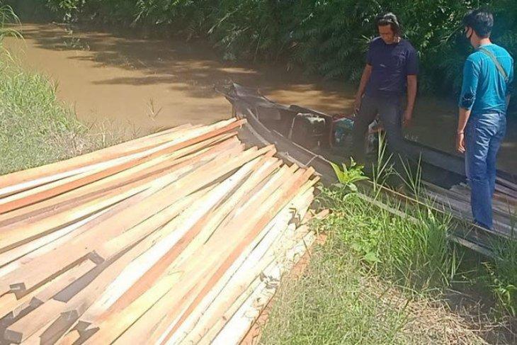 Polisi Kapuas sita ratusan potong kayu olahan tanpa dokumen