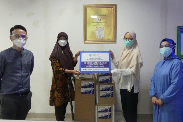 Intan Fauzi, anggota DPR RI serahkan alkes ke rumah sakit di Depok dan Bekasi