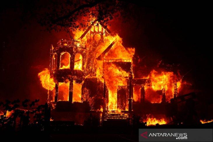 Kebakaran sebabkan tiga orang tewas, ribuan dievakuasi